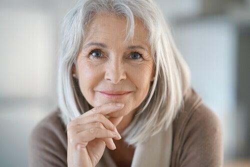Oudere vrouw die er nog steeds goed uitziet