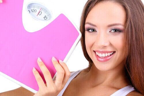 Meisje met een weegschaal want quinoa eten bevordert gewichtsverlies