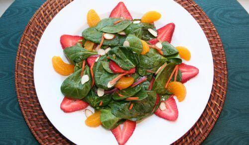 Gezonde salade met mandarijn erin