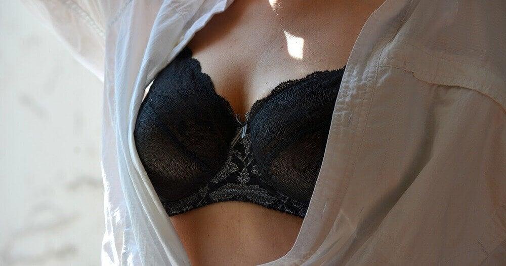 Tepels van een vrouw zachtjes stimuleren