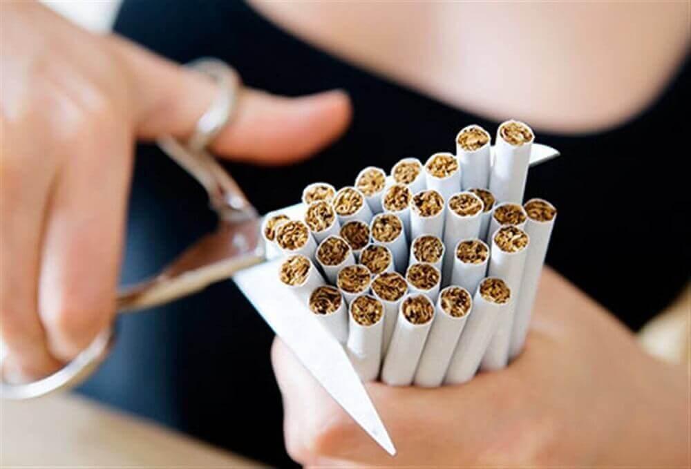 Vrouw die haar sigaretten stuk knipt