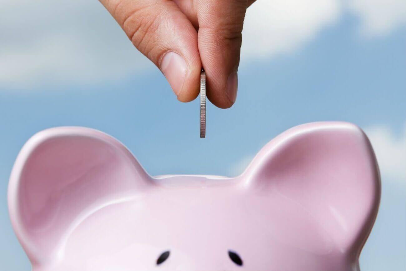 Geld sparen door het te bewaren in een spaarpotje