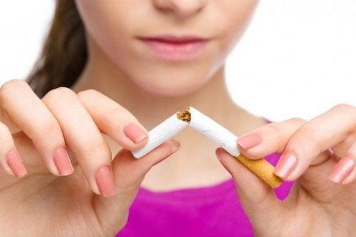 Stoppen met roken om de symptomen van astma te bestrijden