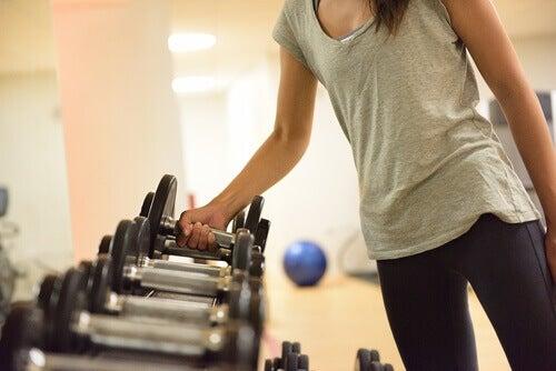 Vrouw die traint met gewichten