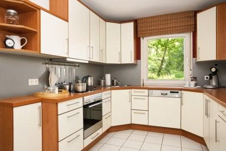 Kleine keuken in een U-vorm