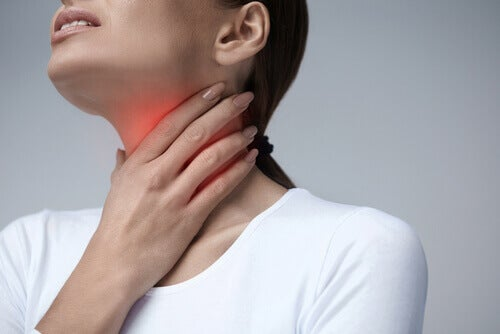Vrouw die last heeft van haar keel en op zoek is naar natuurlijke middeltjes tegen keelpijn