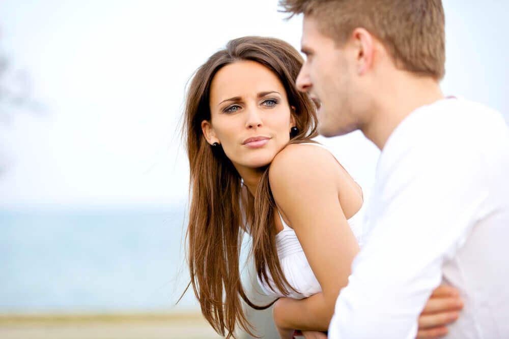Vrouw die naar een man kijkt terwijl hij praat