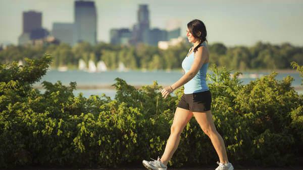 Vrouw die dagelijks wandelt in de natuur