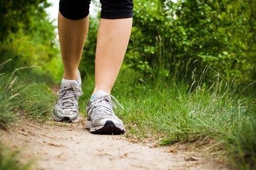 Vrouw die dagelijks in wandeling maakt in de natuur