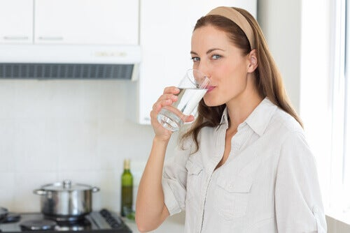 Vrouw die water drinkt