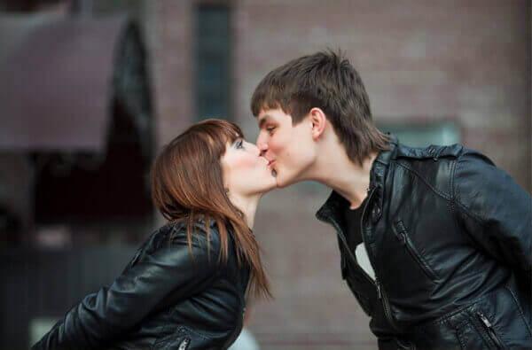Twee mensen die elkaar een kus geven