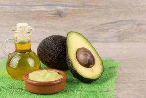 Avocadopit gebruiken en haver en amandelolie om cellulitis te bestrijden