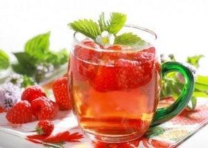 Drankjes om te ontgiften frambozen en sinaasappelwater