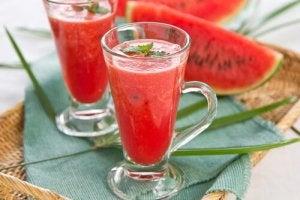 Drankjes om te ontgiften watermeloen en aardbeien