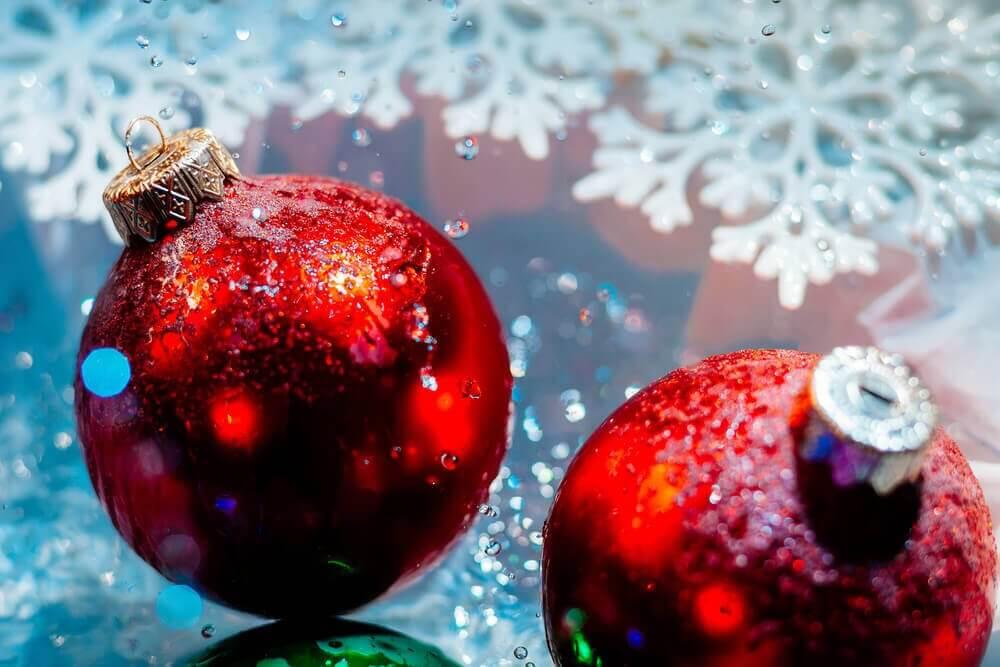 Laat een ander de kerstballen ophangen