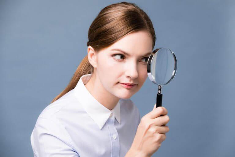 Symptomen van staar en goed kijken met een vergrootglas
