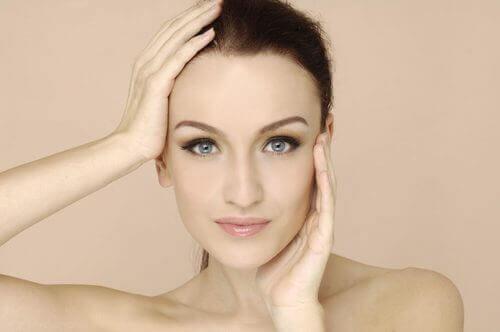 Symptomen van vitaminedeficiëntie vrouw houdt hoofd vast
