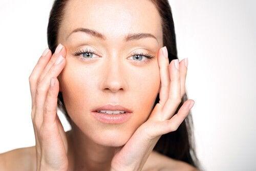 Symptomen van een vitaminedeficiëntie vrouw trekt aan ogen