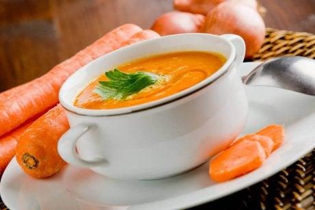 Heerlijke ontgiftende soepen met wortelen