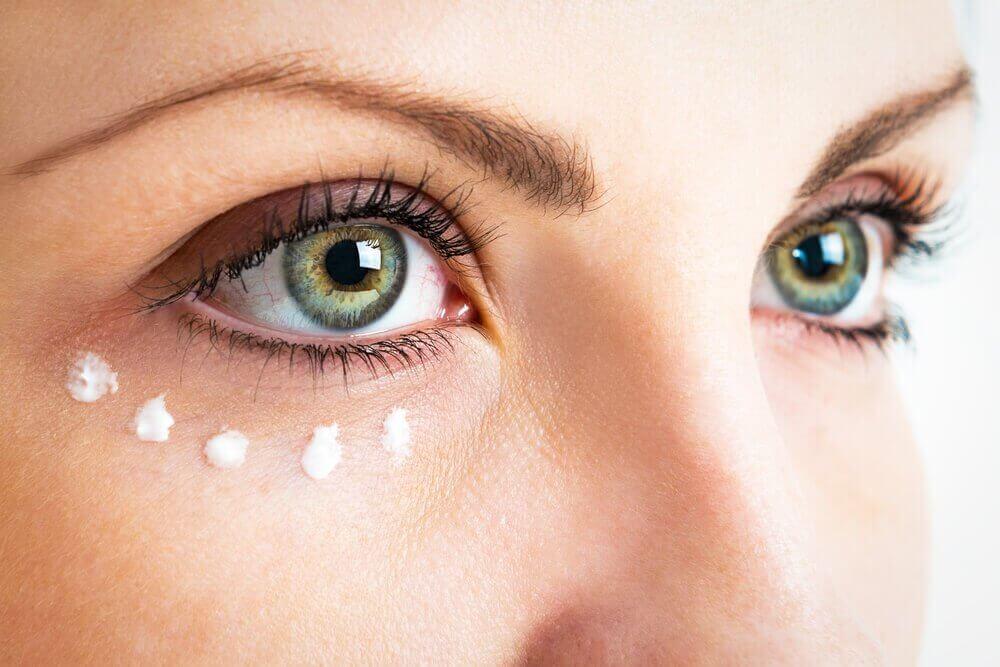 De rimpels rond je ogen verminderen met vitamine E