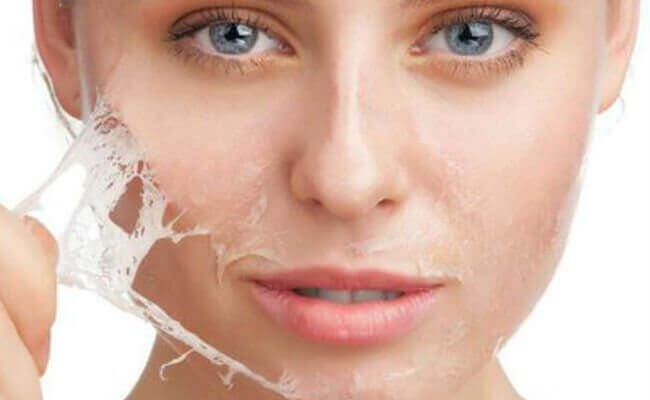 Een klevend peel-off gezichtsmaskers met gelatine