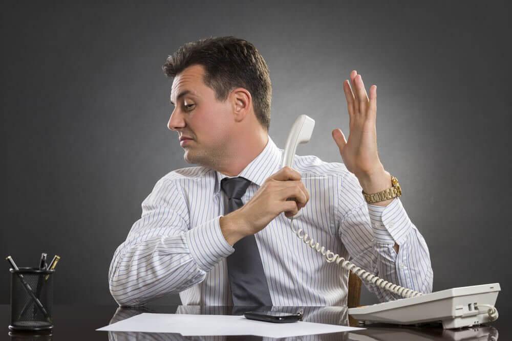 Man die de telefoon van zich afhoudt
