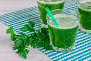Gezonde ontgiftende smoothies met peterselie