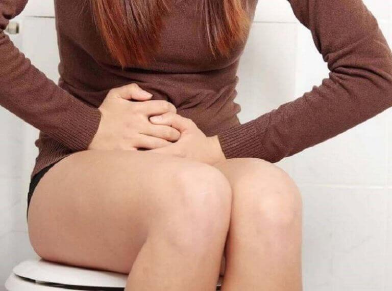 Meisje dat op de wc zit