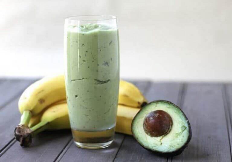 Gewicht verliezen met een smoothie met groene thee, banaan en avocado