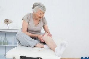 Vrouw met opgezwollen ledematen