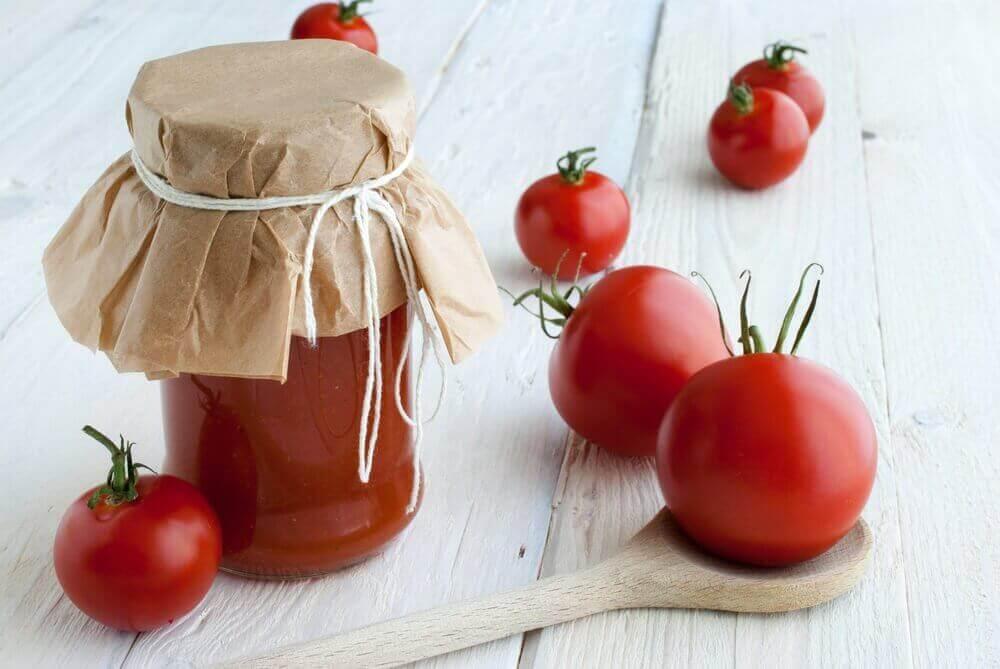 Glanzend zijdezacht haar met tomaat en maismeel