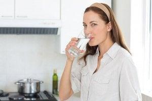 Drink water als zelfgemaakte remedie.