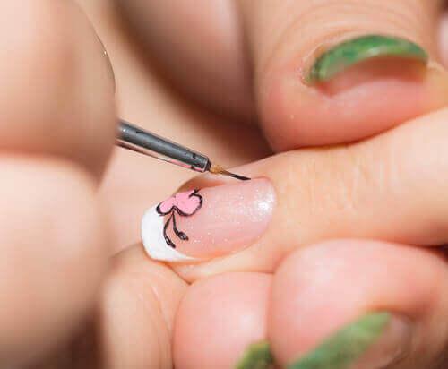 Een fijn kwastje gebruiken om je nagels te versieren