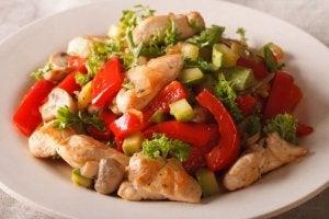 Kip en groente-roerbak schotel