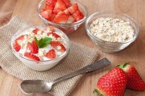 Ontbijten met havermout en aardbeien