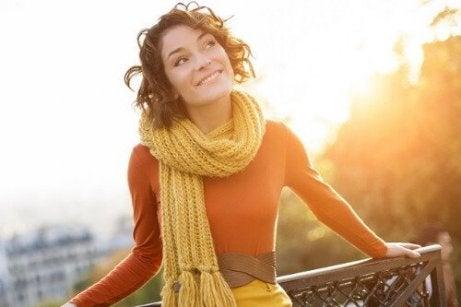 Blije vrouw op een balkon