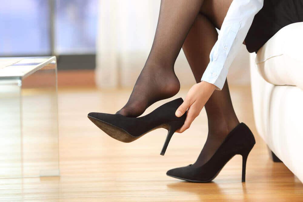 Spataders verminderen door het dragen van hoge hakken te vermijden