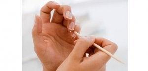 Kokosolie gebruiken om je nagelriemen zachter te maken