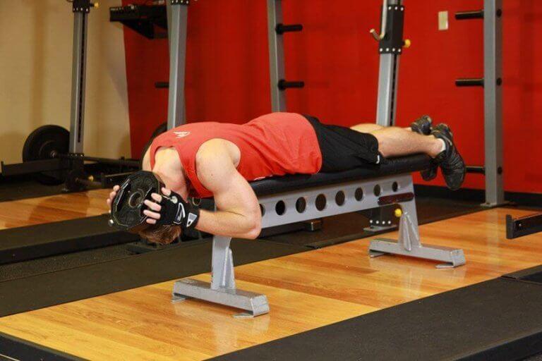 De nekspieren versterken met een oefening op de bank