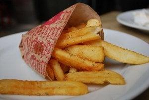 Aardappelen bereiden in de vorm van patat