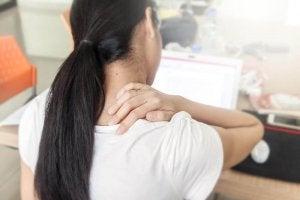 Vrouw die last heeft van pijn in haar nek van al het zitten