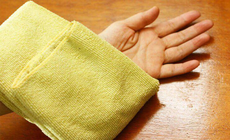 Warm kompres is een van de natuurlijke oplossingen voor ingegroeide haartjes
