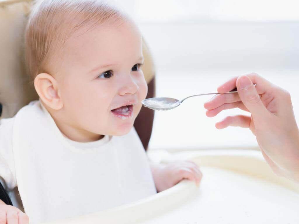 Welk voedsel mag je niet geven aan een 9 maanden oude baby?