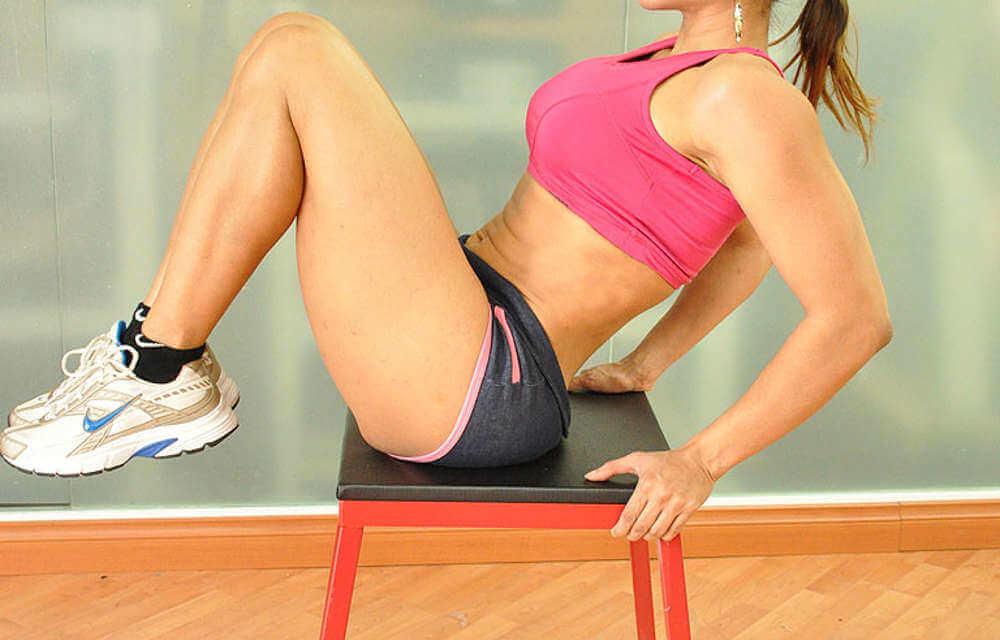 Het metabolisme versnellen door zittend de knieën op te tillen