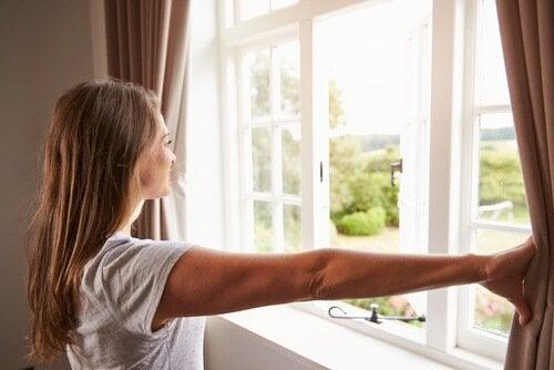 Lucht verversen door het raam open te zetten