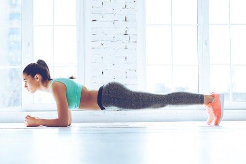 5 vetverbrandende oefeningen die je thuis kunt doen: planken