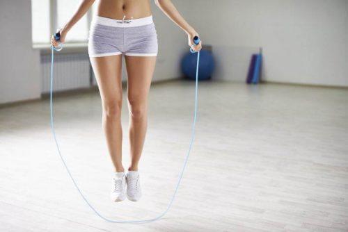 5 vetverbrandende oefeningen die je thuis kunt doen: touwtje springen