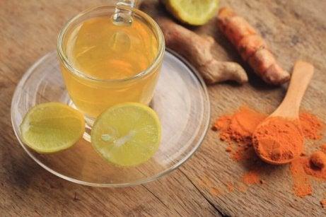 Thee met kurkuma, gember en citroen