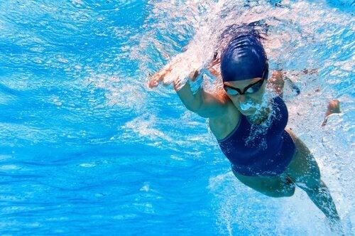 Wat zijn de beste sporten om af te vallen: zwemmen