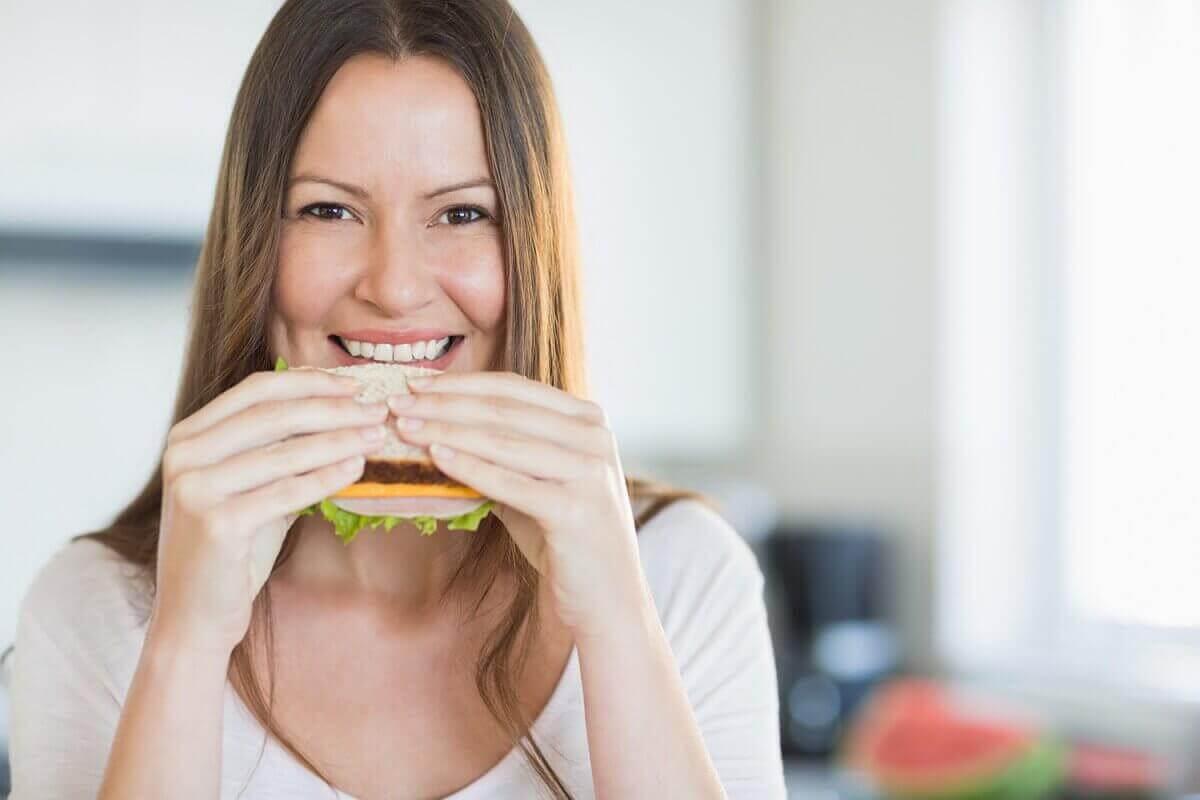 Vrouw die een van de aanbevolen ontbijtjes eet